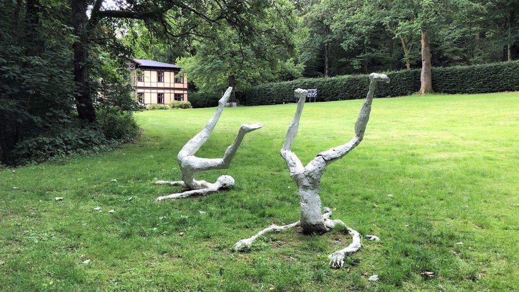 To dekorative skulpturer i Skulpturparken ved Silkeborg Bad