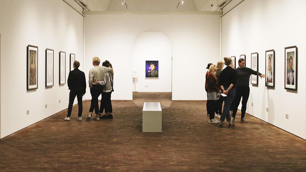 Museumsgæster i udstillingshal på Museum Jorn