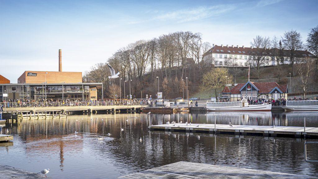 Silkeborg Havn med mennesker på vejbro og hjejleselskabets både på modsatte side
