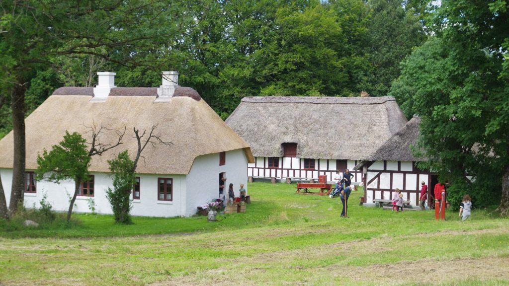 Billede af gårdlængerne på Høgdal