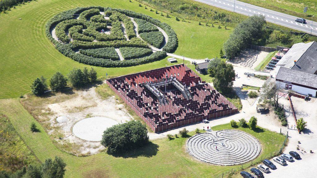 Luftfoto af stor labyrint i landskabet