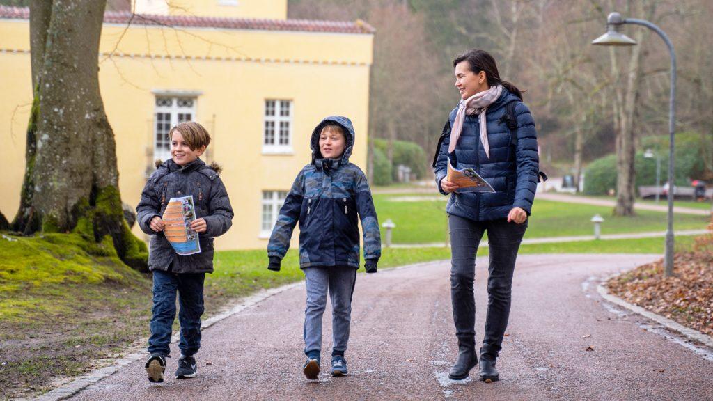 Børn der går på vejen i skulpturparken foran Silkeborg Bad