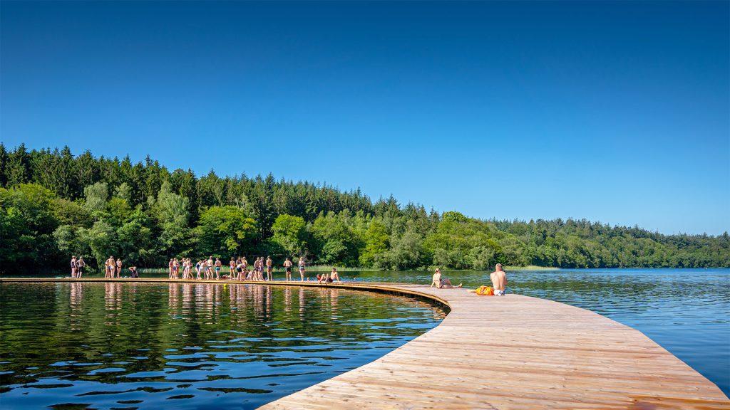 Badebro af træ der går ud i søen