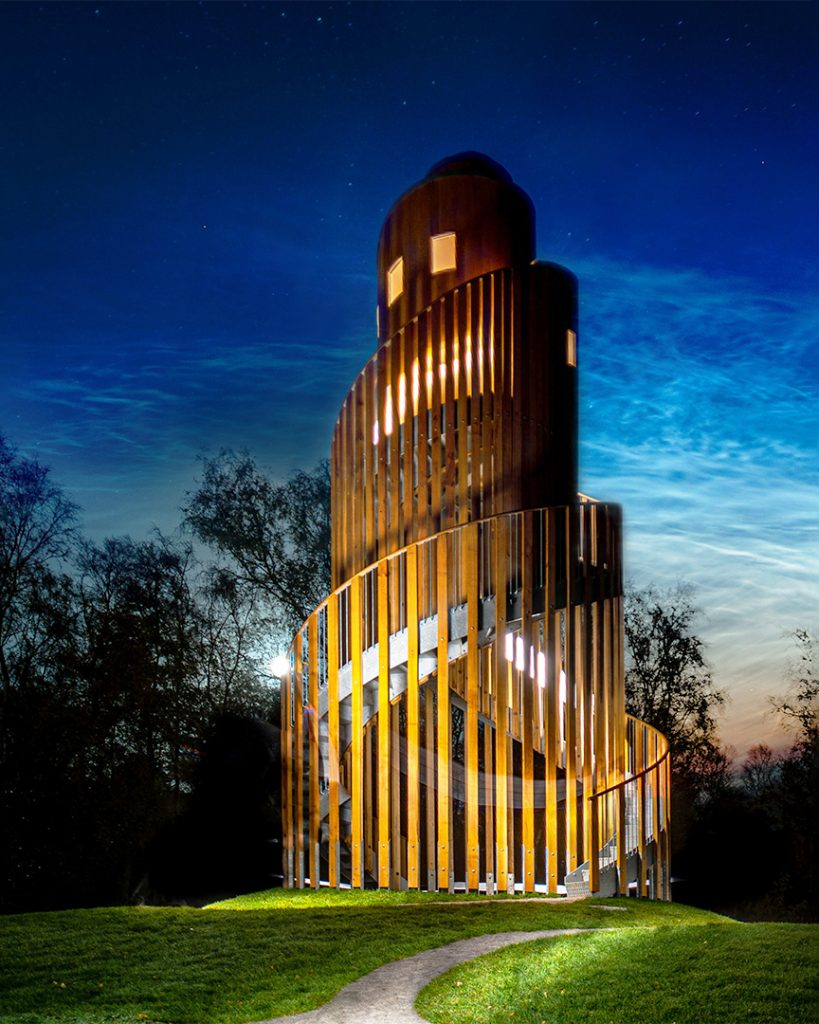 Aftenbillede af samtaletårnet med lysende skyer i baggrunden