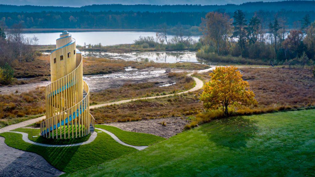 Samtaletårnet i grønne bakker med sø i baggrunden