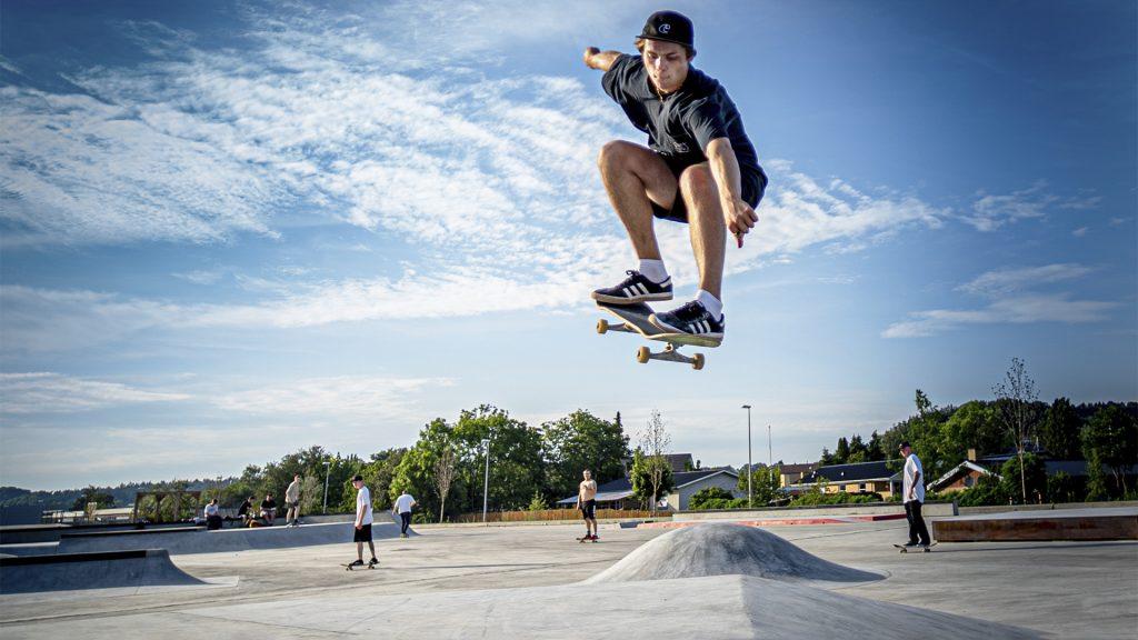 Skater der svæver i luften