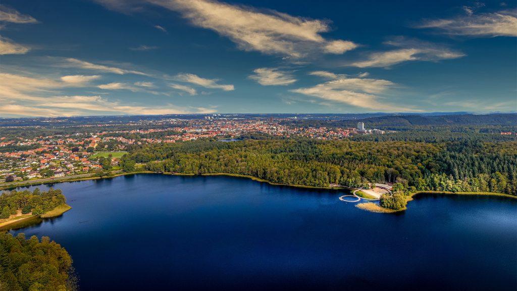 luftfoto over almind sø med vestre søbad i skovkanten