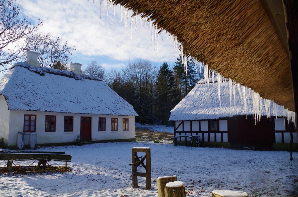 Billede af den kulturhistoriske gård Høgdal der er dækket af sne